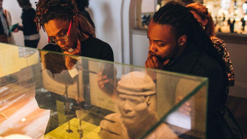 mensen bekijken tentoonstelling