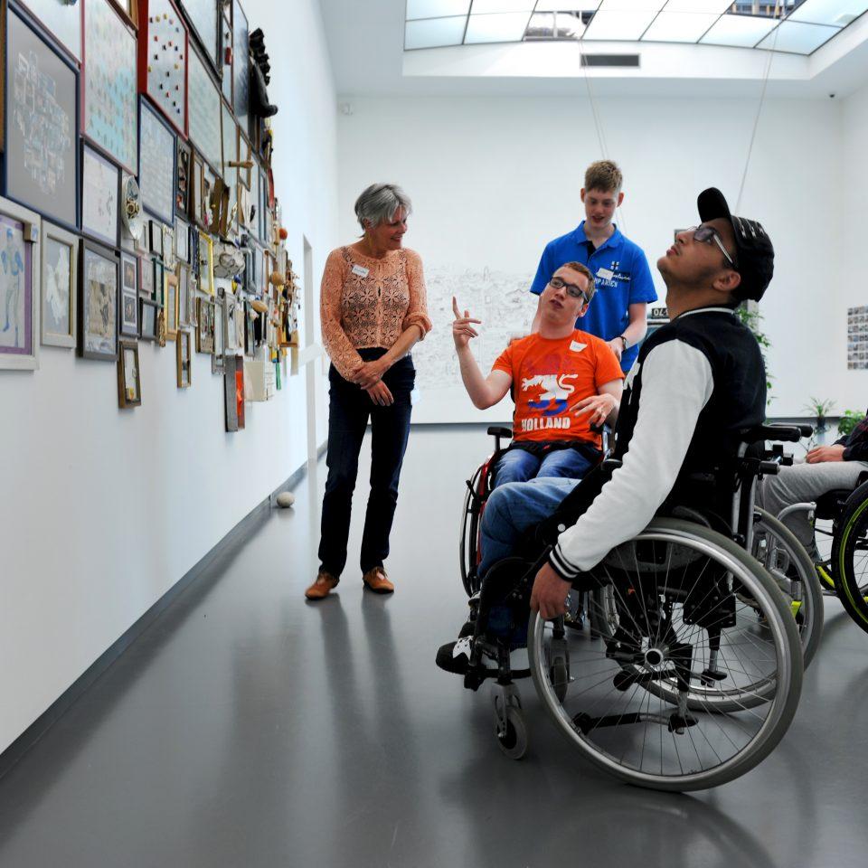 Rolstoelgebruikers kijken naar kunstwerk in het Van Abbemuseum