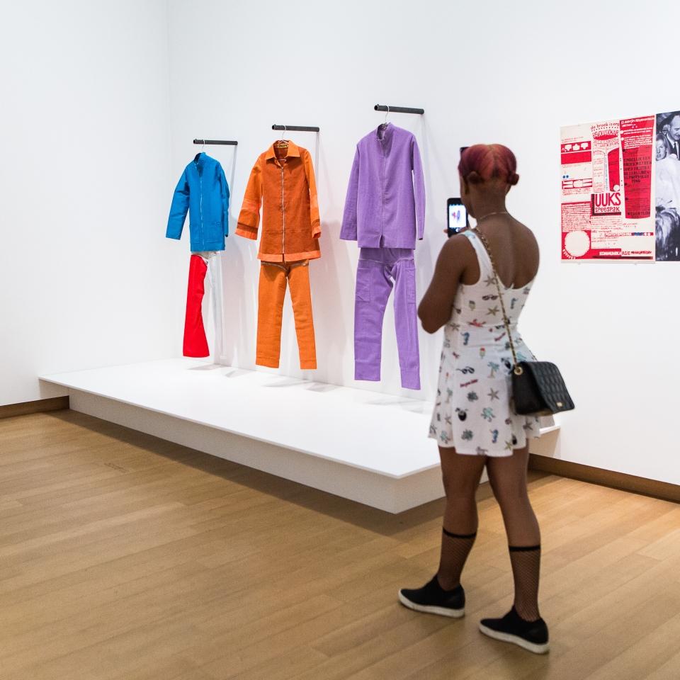 Bezoeker tentoonstelling STedelijk Museum Amsterdam