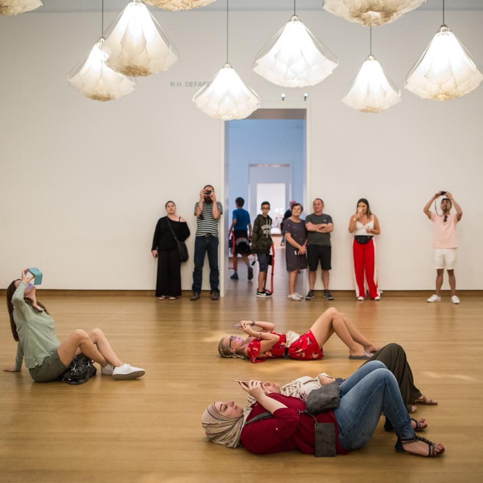 Bezoekers bekijken tentoonstelling Studio Drift, Stedelijk Museum Amsterdam