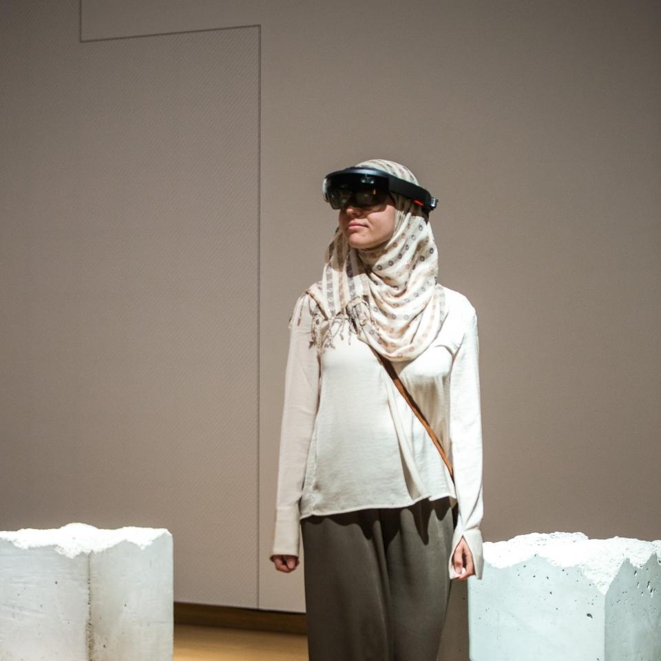 Bezoeker staat met Virtual Reallitybril in tentoonstelling, Stedelijk Museum Amsterdam