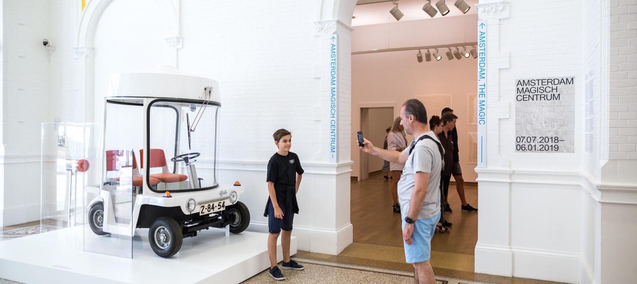 Foto van bezoekers van Amsterdam Magisch Centrum Stedelijk Museum