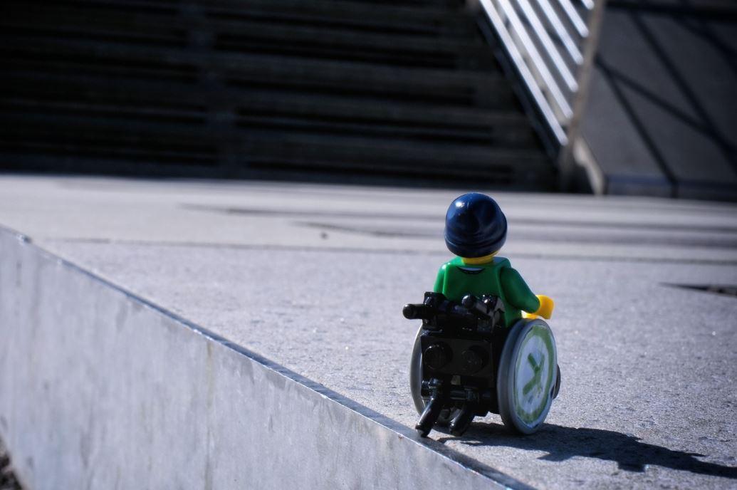 Legopoppetje in rolstoel