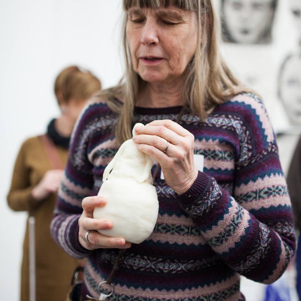 Blinde bezoeker betast 3D print van kunstwerk