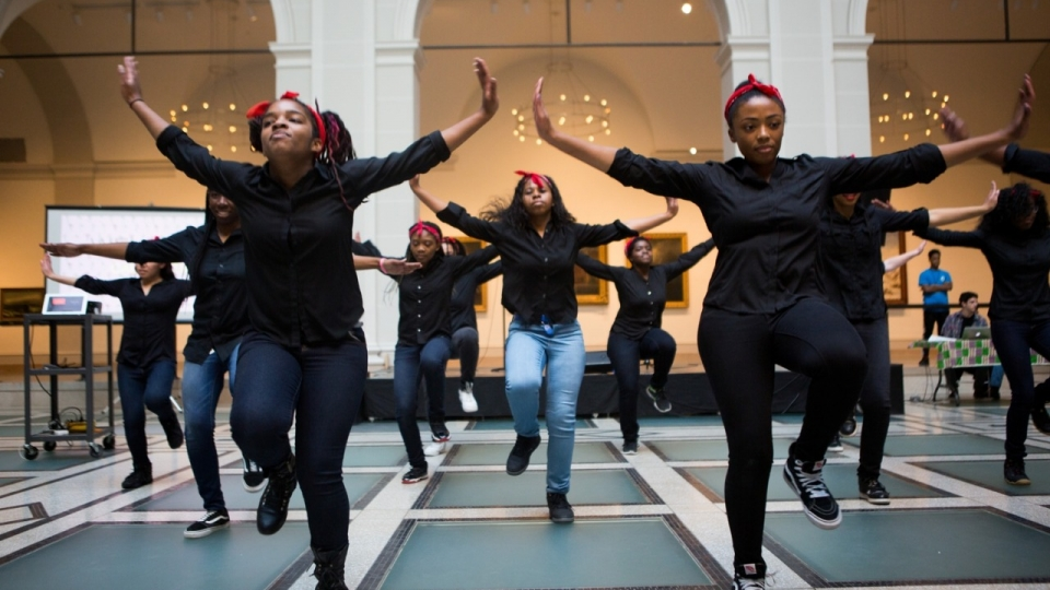 LHBTQ+ jongeren performen in het Brooklyn Museum, New York