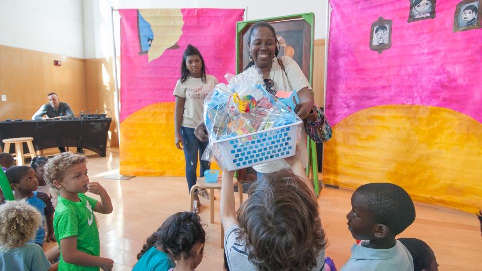 Museumdocenten delen uit tijdens een creatieve sessie met kinderen en ouders in het Bass Museum in Miami