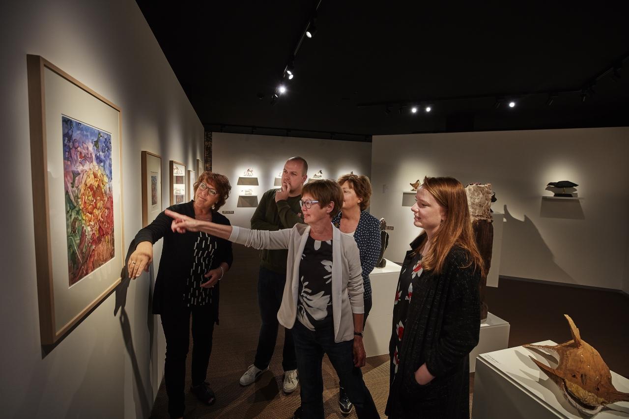 Bezoekers volgen de rondleiding Anders kijken naar kunst in het Outsider Art Museum