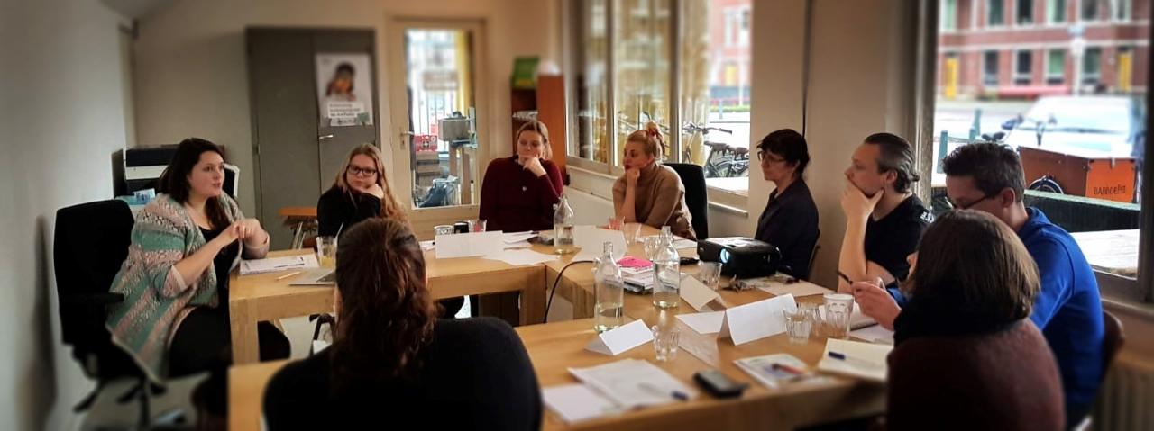 Iris van Heesch leidt een open training van Stichting Onbeperkt genieten