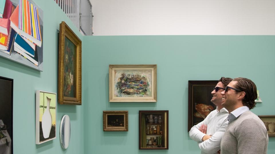 Bezoeker EnChroma's Color Accessibility Program bekijkt kunst met een speciale bril tegen kleurenblindheid