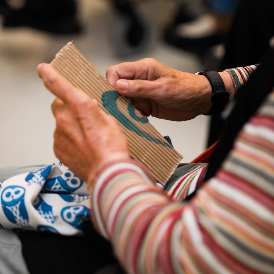 Bezoeker voelt een voelreplica van de tentoonstelling Paper Art in het CODA Museum