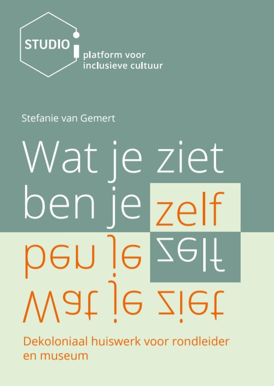 Kaft publicatie Wat je ziet, ben je zelf. In verschillende tinten groen met witte en oranje tekst. In het midden staat de titel, met daaronder de titel ondersteboven gespiegeld.