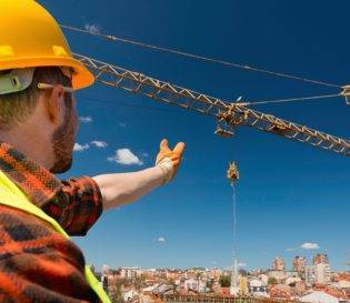 Slinger/signaller CPCS courses Nationwide - worker directing and signalling to crane.