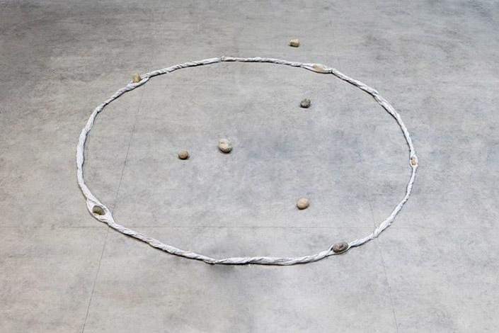 Kishio Suga Periphery of Space, 1980/2016. Courtesy of the artist, Blum & Poe, Los Angeles/New York/Tokyo and Pirelli HangarBicocca, Milan Photo: Agostino Osio