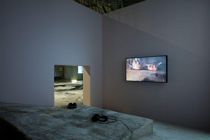 Laure Prouvost, Grandma's Dream, 2013, veduta dell'installazione, Pirelli HangarBicocca, Milano, 2016. Foto: Agostino Osio