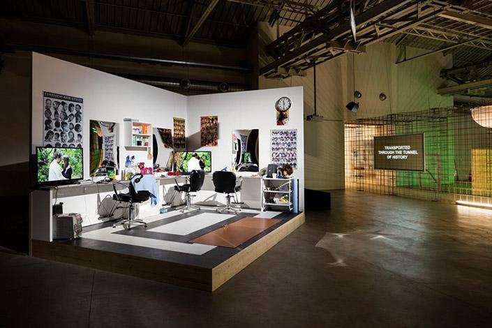 """Laure Prouvost, """"GDM – Grand Dad's Visitor Center"""", veduta della mostra, Pirelli HangarBicocca, Milano, 2016. Courtesy dell'artista e Pirelli HangarBicocca, Milano. Foto: Agostino Osio"""