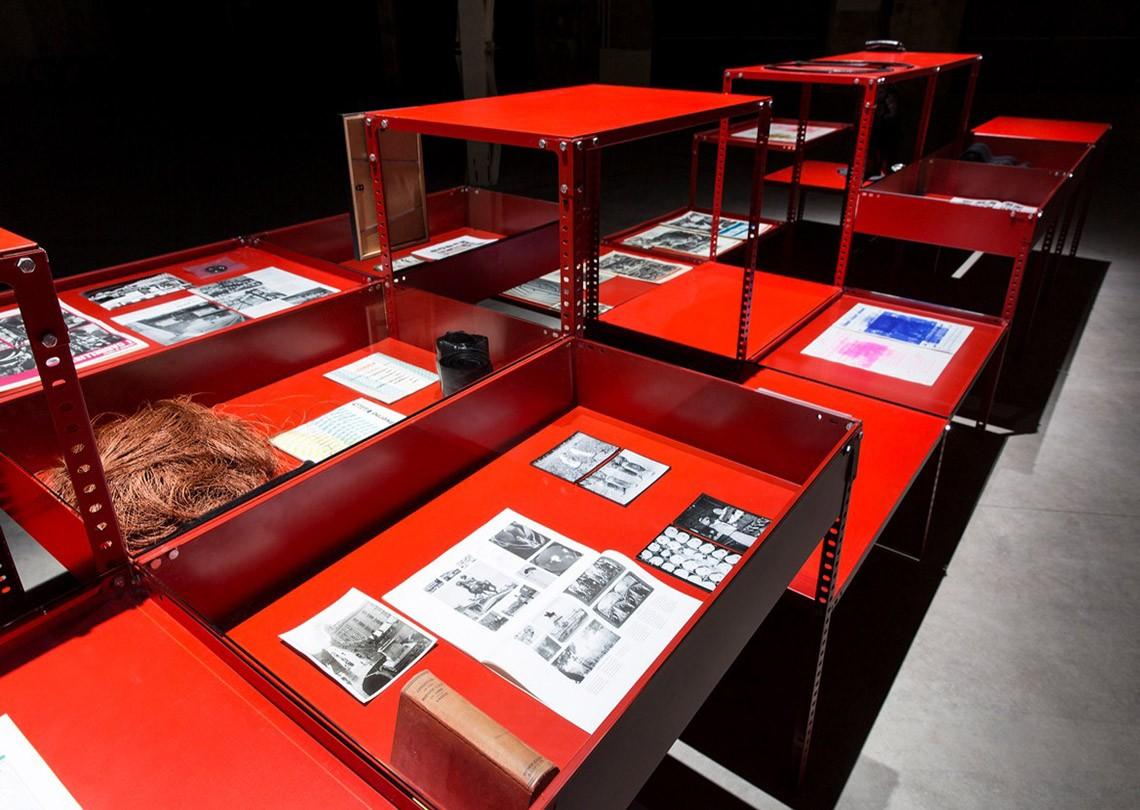 Céline Condorelli Support Structure (Red), 2012-2014 Courtesy l'artista, Fondazione HangarBicocca, Milano Foto Agostino Osio