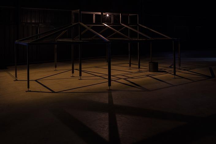 Miroslaw Balka, 250 x 700 x 455, ø 41 x 41 / Zoo / T, 2007/2008 Veduta dell'installazione, Pirelli HangarBicocca, Milano, 2017. Copia espositiva courtesy dell'artista, da un'opera in collezione privata, e Pirelli HangarBicocca, Milano. Foto: © Attilio Maranzano