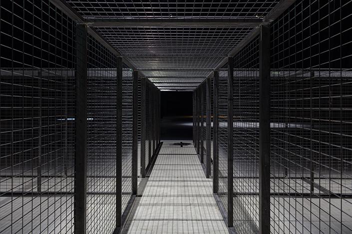 Miroslaw Balka, Cruzamento, 2007 (particolare) Veduta dell'installazione, Pirelli HangarBicocca, Milano, 2017. Courtesy dell'artista e Pirelli HangarBicocca, Milano. Foto: © Attilio Maranzano