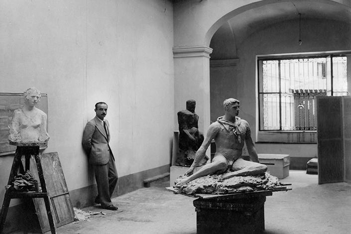 Lucio Fontana nel suo studio di via De Amicis, Milano 1933. © Fondazione Lucio Fontana