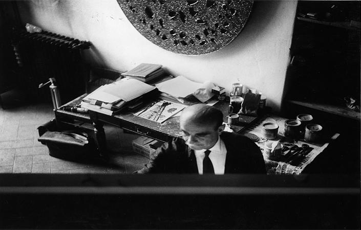 Lucio Fontana working in his studio in Corso Monforte, Milan © Fondazione Lucio Fontana