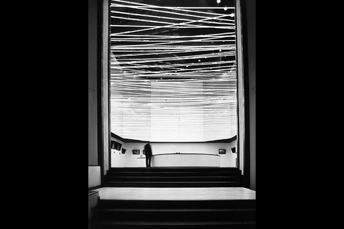 """Lucio Fontana, Fonti di energia, soffitto di neon per """"Italia 61"""", a Torino, 1961 © Fondazione Lucio Fontana"""