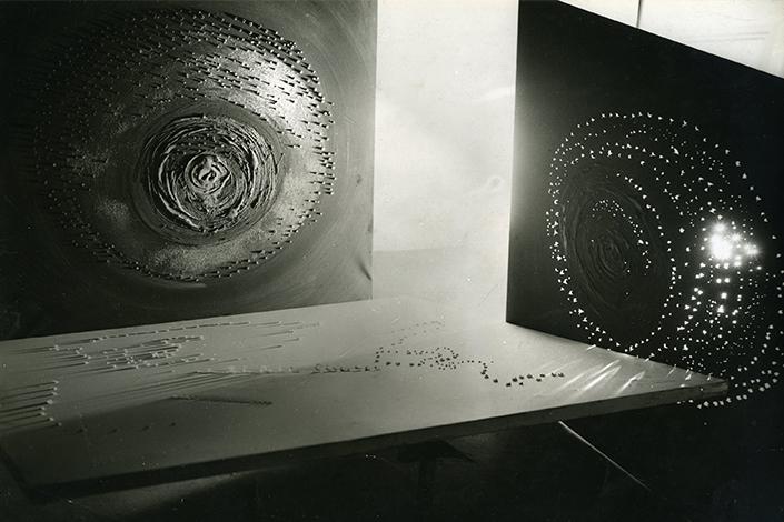 Lucio Fontana, esperimenti per le trasmissioni sperimentali RAI, Milano 1952. Foto: Attilio Bacci © Fondazione Lucio Fontana