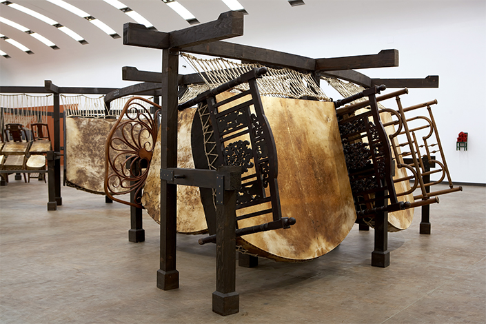 Chen Zhen Jue Chang, Dancing Body – Drumming Mind (The Last Song), 2000 Installation view, Kunsthalle Wien, Vienna, 2007 © Kunsthalle Wien, 2007 Collection Pinault Courtesy Galleria Continua, San Gimignano / Beijing / Les Moulins / Habana © ADAGP, Paris Photo: Daniel Moulinet