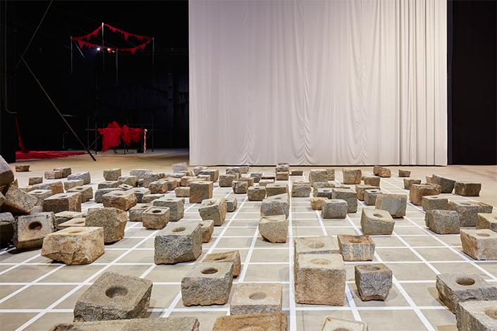 Sheela Gowda Stopover, 2012 Veduta dell'installazione, Pirelli HangarBicocca, Milano, 2019 Courtesy dell'artista e Pirelli HangarBicocca Foto: Agostino Osio