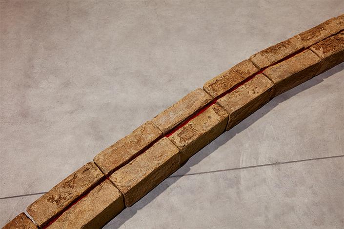 Sheela Gowda Mortar Line, 1996 (dettaglio) Courtesy dell'artista e Pirelli HangarBicocca, Milano Foto: Agostino Osio