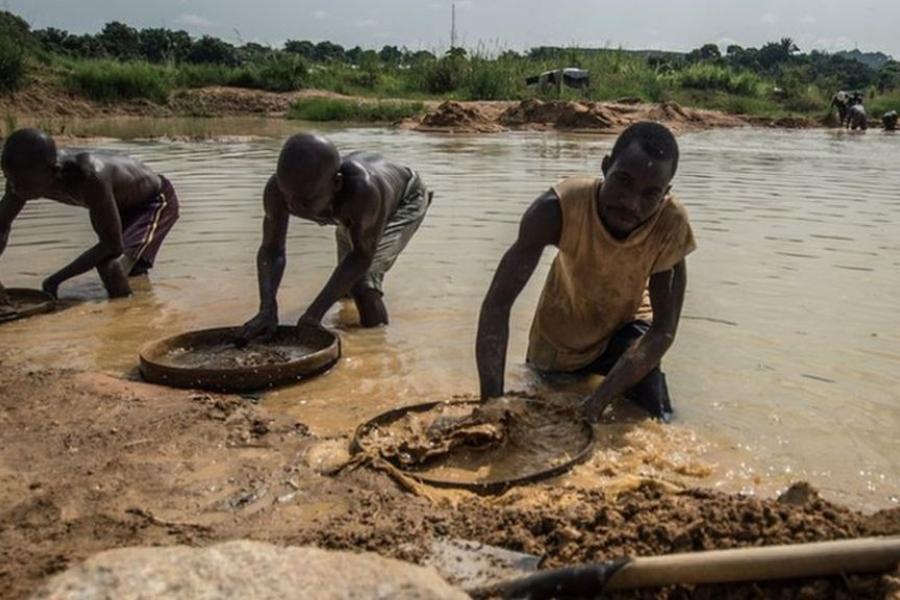 Sierra Leone pastor finds huge diamond in Kono - BBC News