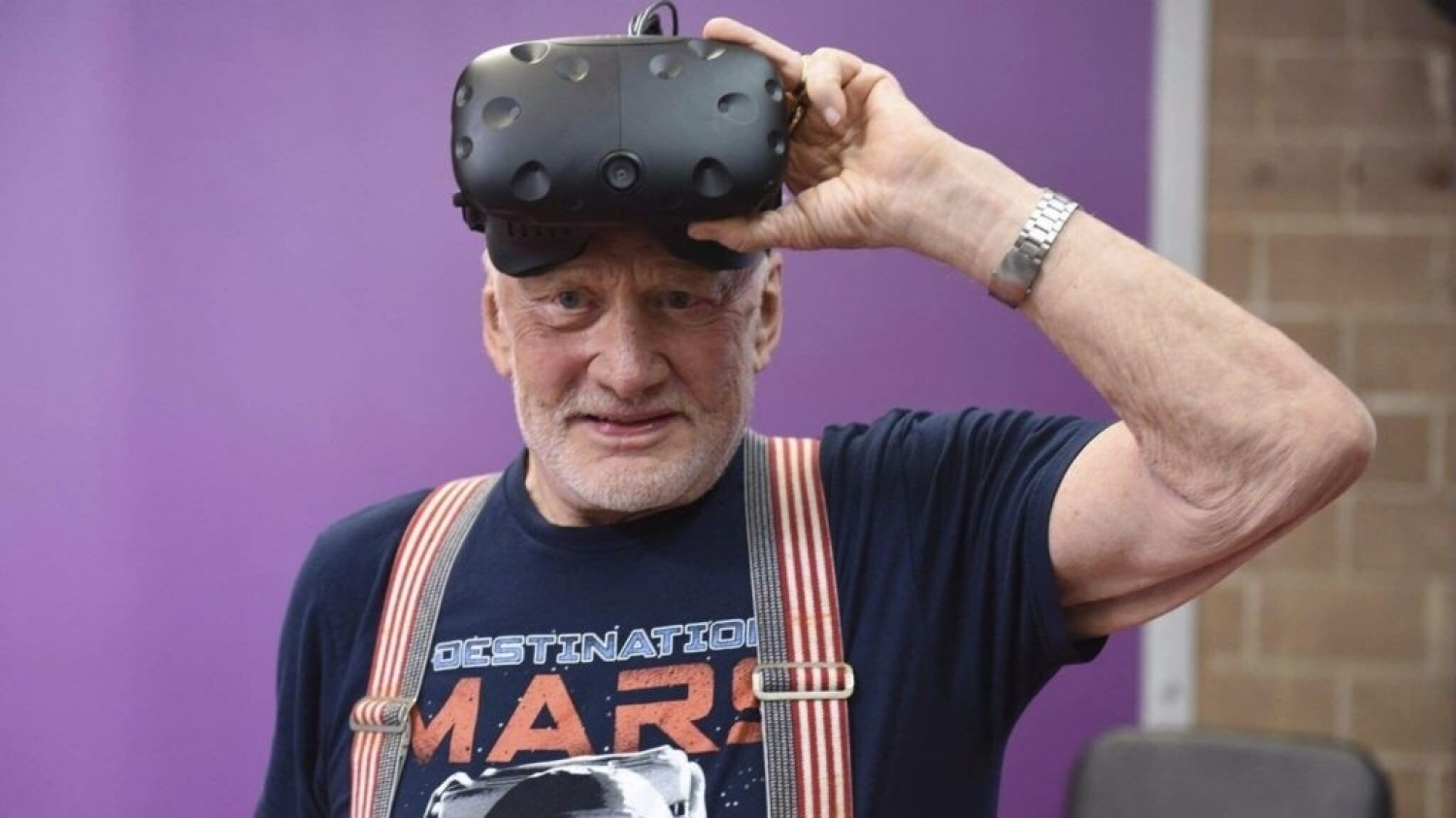 Buzz Aldrin takes you to Mars in VR - BBC News