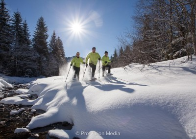 Schneeschuhwandern im Tiefschnee am Bachbett