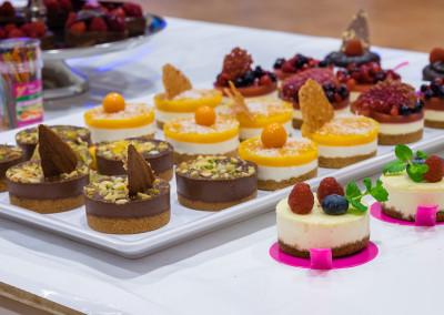 bunte desserts mit frucht und schokolade