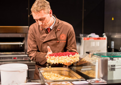 Frisch zubereitete Brommler Torte bei der Fuess Gastromesse