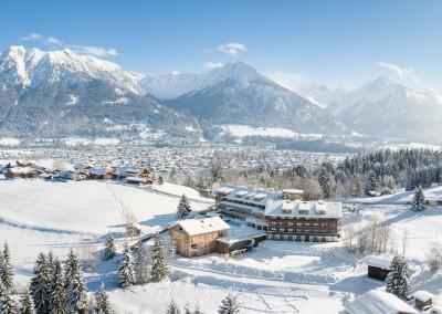 Luftbildpanorama - Winterlandschaft mit Allgaeuer Alpen