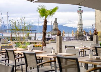 Blick von der Terrasse auf den Bodensee mit Blick auf den Löwen und den Pulverturm, Leuchtturm