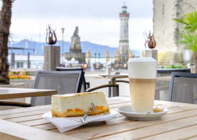 Cafe Schreier - Perfekter Latte Macciato und Kuchen aus der hauseigenen Konditorei mit Ausblick auf den Bodensee