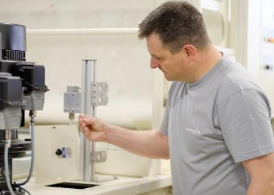 Corvaglia Mitarbeiter testet Viskosität der Kühlflüssigkeit