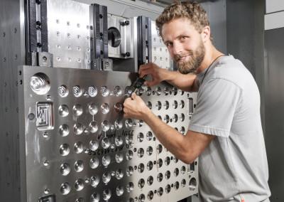 Mitarbeiter in Bearbeitungszentrum bei Werkzeugkontrolle