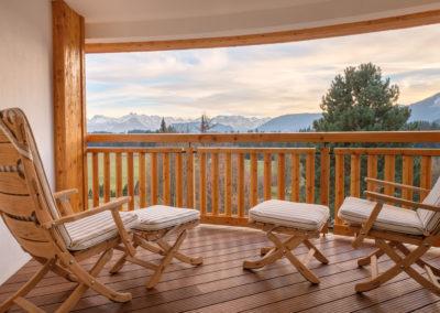 balkon_laedt_zu_verweilen_ein_blick_in_die_alpen