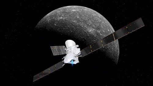 A picture that shows an artist's impression of a spacecraft approaching the planet Mercury. The spacecraft appears first, with Mercury appearing after it with a gray colour, against a black background.