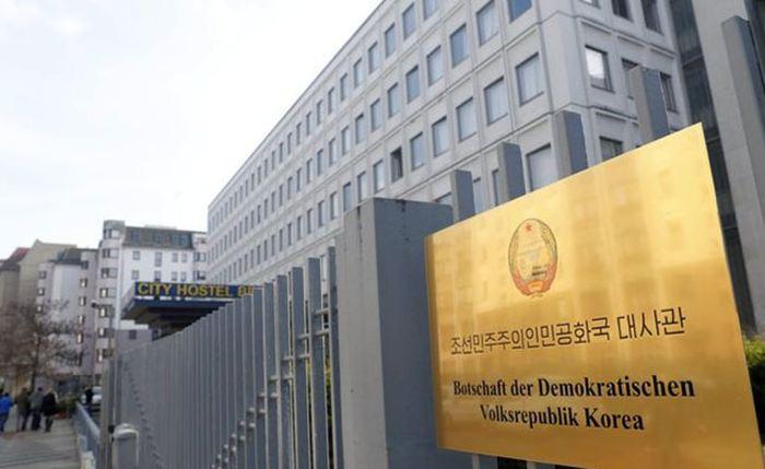 SelonHans-Georg Maassen, le chef du contre-espionnage allemand, la Corée du Nord a pu acquérir certaines technologies nucléaires, à des fins civils et militaires, via son ambassade basée à Berlin.