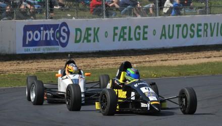 FF-2014-04 - Frederik Schandorff (9) og Jan Jønck (7) kæmpede om sejrene, da Formel Ford-sæsonen blev skudt i gang (foto Henning Smed).