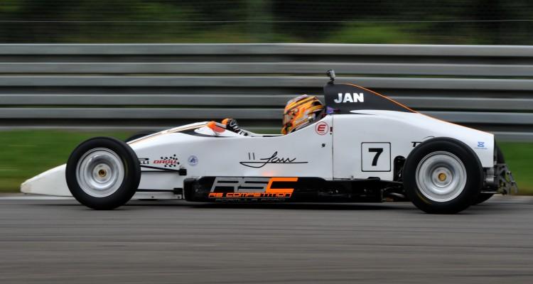 FF-2014-11 – Jan Jønck har indtil nu scoret to sejre i sin debutsæson i Formel Ford.