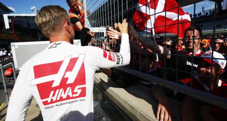 Kevin Magnussen hilser på fans til Østrigs GP. Foto: Haas F1 Team