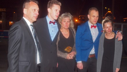 (14MNJLasseLSoerensenAaretsAsfaltbaneTalent13.jpg): - Lasse L. Sørensen blev støttet af sin motorsportsglade familie: Ruben, Lasse, Connie og Marco med kæresten: Simone Vetergaard Larsen.