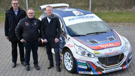 Ole Lauge, Christian Jensen og Morten Nielsen ved den Peugeot 208 T16, som Christian Jensen skal forsvare sit Danmarksmesterskab med.