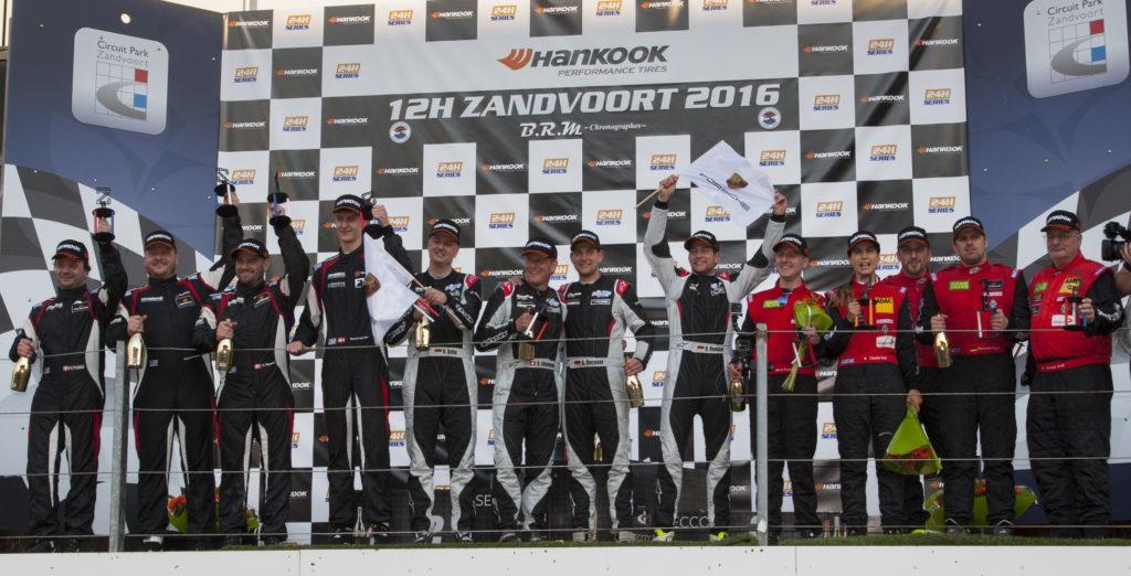 Sammen med sin tre teamkammerater var Nicolai Sylvest (nummer 4 fra venstre) på podiet (foto Creventic)