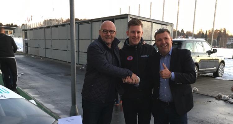 På billeder ses Lasse sammen med Team chef John Nielsen og Team ejer, Martin Fredriksen
