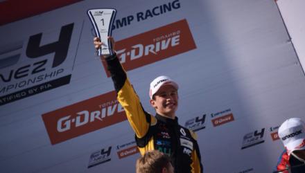 """Christian Lundgaard vandt søndag FIA mesterskabet SMP Formula 4 NEZ. Til trods for, at der stadig resterer en afdeling af mesterskabet, så kunne Christian med to sejre ved weekendens løb i Moskva allerede fejres som mester. Og dette til trods for, at han ved weekendens sidste løb missede en sikker sejr, da han fejlagtigt troede en straf var tildelt ham og derfor kørte en tur gennem pitten. Med sejren følger en præmie på kr. 2.250.000, som Christians far Henrik Lundgaard allerede har planer med. """"Det er helt klart, at de penge skal investeres i Christians fortsatte karriere. Sammen med Renault Sport Academy vil vi nu sætte os ned og se på, hvad der vil være den rigtige klasse for Christian at køre næste år"""" fortæller den tidligere europamester i rally fra Tyskland, hvor han var på arbejde i forbindelse verdensmesterskabet i rally. """"Det er fantastisk allerede nu, at kunne kalde sig mester"""" fortæller Christian fra Moskva. """"Selvom jeg er skuffet over, ikke at vinde sidste løb. Det ville have været den perfekte weekend ved, at jeg så havde været hurtigst i alle træninger, tog tre pole positions, tre hurtigste omgange i løb og tre sejre. Men den sidste sejr glippede desværre. Nummer 55 havde fået en straf, men da jeg kører forbi forveksler jeg skiltet med mit nummer 5 og kører ind og tager straffen. """"Lige nu er jeg bare super glad og har svært ved at finde ord for, hvor meget det betyder for mig. Jeg ahr arbejdet for hele tiden at lære og blive bedre og har haft mesterskabet som mit mål, så det er selvfølgelig en super følelse, at det allerede er lykkedes"""", udtaler en glad Christian Lundgaard. På Jyllandsringen fejrede storebror Daniel Lundgaard mere succes for Lundgaard familien. Med to sejre og en andenplads udbyggede han føringen om Danmarksmesterskabet i Formel 4 Renault."""